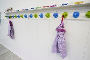 Detalle del perchero en un jardín de infancia durante el estado de alarma.