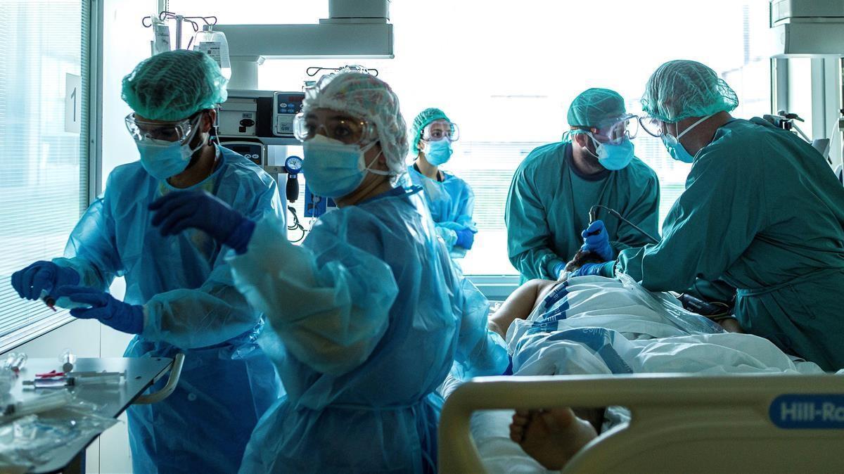 El covid será considerado enfermedad profesional para los sanitarios en España. En la foto, médicos del Hospital de Bellvitge.