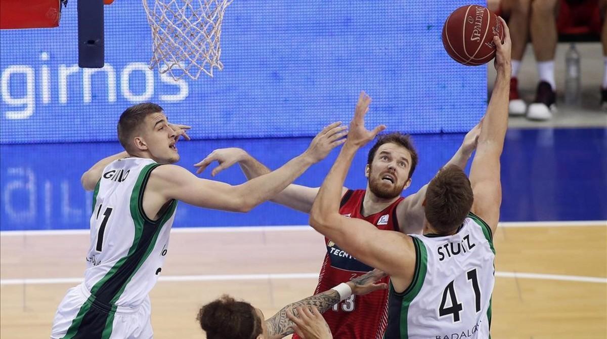 Tomasz Gielo y Garrett Stultz, del Joventut, luchan por un rebote con Martynas Gecevicius, del Tecnyconta Zaragoza.