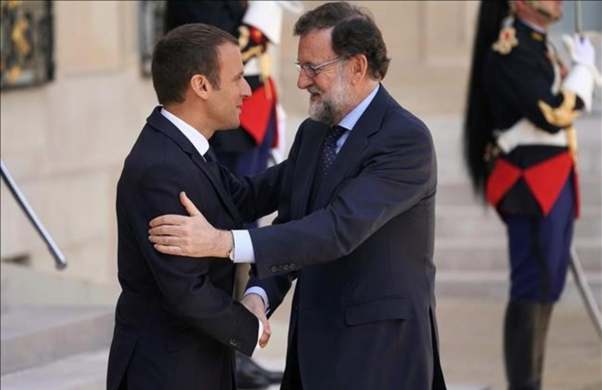 Emmanuel Macron recibe a Mariano Rajoy en el Palacio del Elíseo, el viernes 16 de junio.