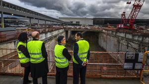 El ministro de Fomento, JoséLuis Ábalos (derecha), y la presidenta de Adif, Isabel Pardo (izquierda), contemplan las obras de la futura estación intermodal en la T-2.