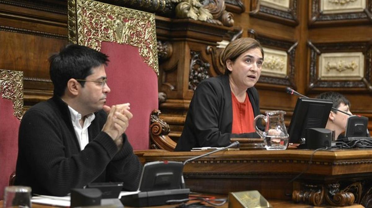 Gerardo Pisarello y Ada Colau, en el pleno del Ayuntamiento de Barcelona