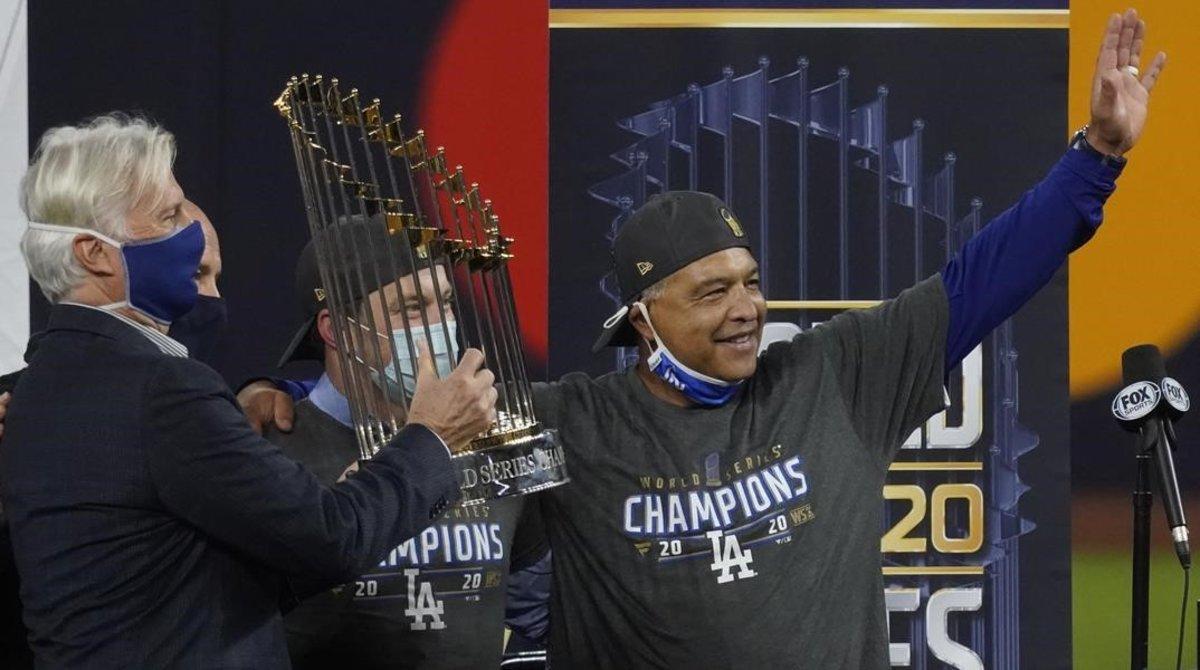 Dave Roberts, manager de los Dodgers de Los Ángeles, recibe el trofeo de campeón de las Series Mundiales de béisbol.