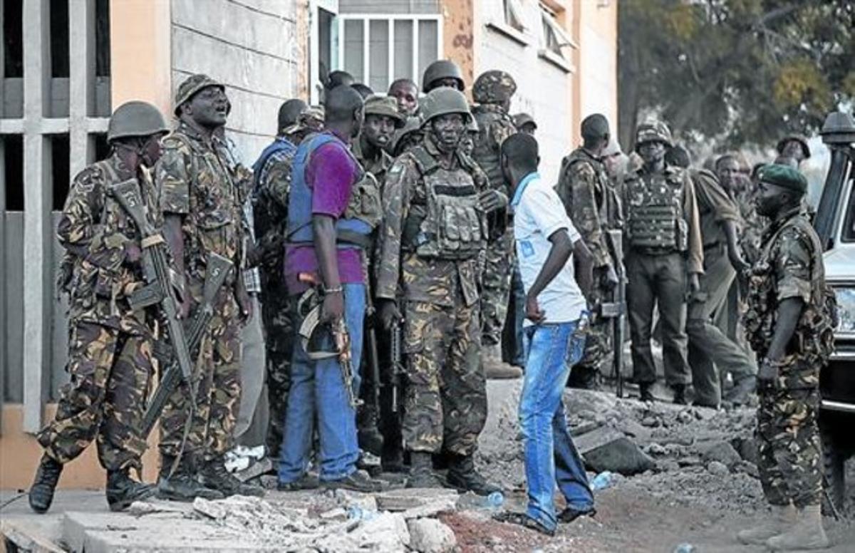 Miembros del Ejército de Kenia se preparan para entrar en acción en la Universidad de Garissa el pasado jueves, día del asalto.