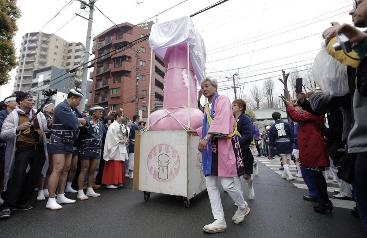 Un pene gigante desfila por las calles de Kawasaki.