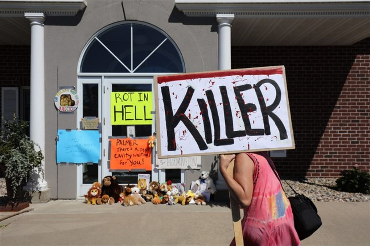Carteles de asesino ante la clínica de Bloomington (Minneápolis) de Walter James Palmer.