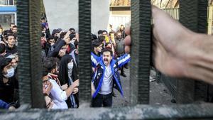 Estudiantes de la Universidad de Teherán participan en una protesta antigubernamental, el pasado 30 de diciembre.