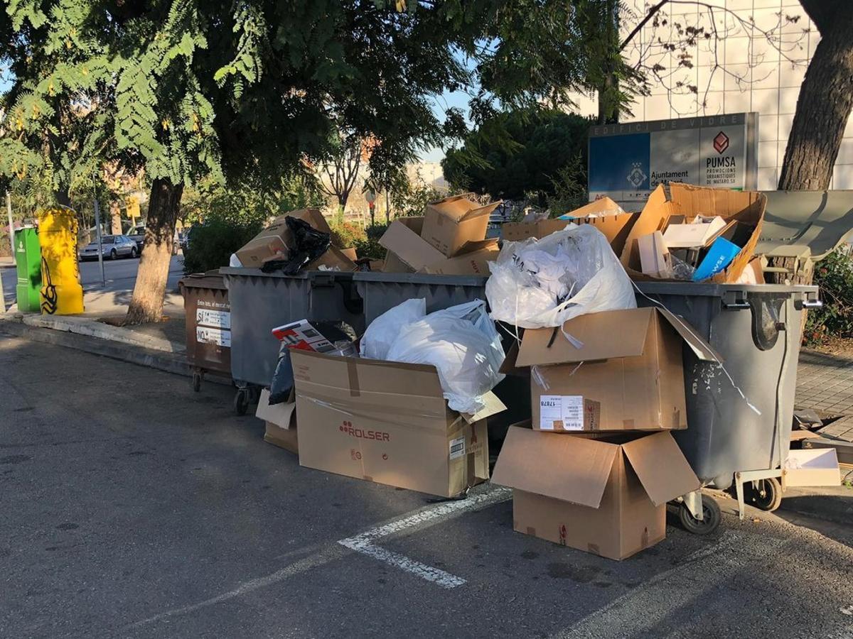 Fotografía tomada semanas antes de la grabación del vídeo de ERC en el área de aportación del mercado de Pla d'en Boet, donde se aprecia uso inadecuado de los contenedores.