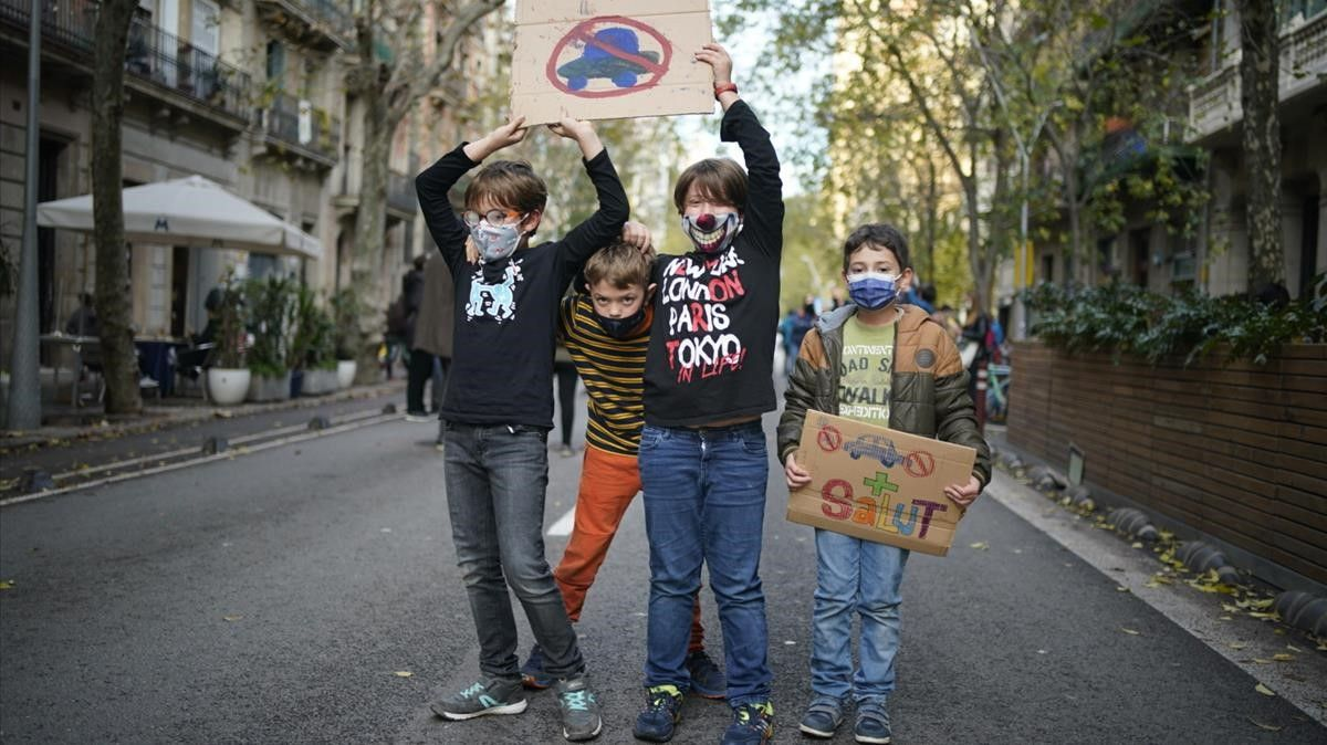 Alumnos de la escuela Diputació, durante el corte de tráfico en la calle homónima, este viernes
