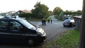 Inmediaciones de la casa de Sinké, durante el registro policial.