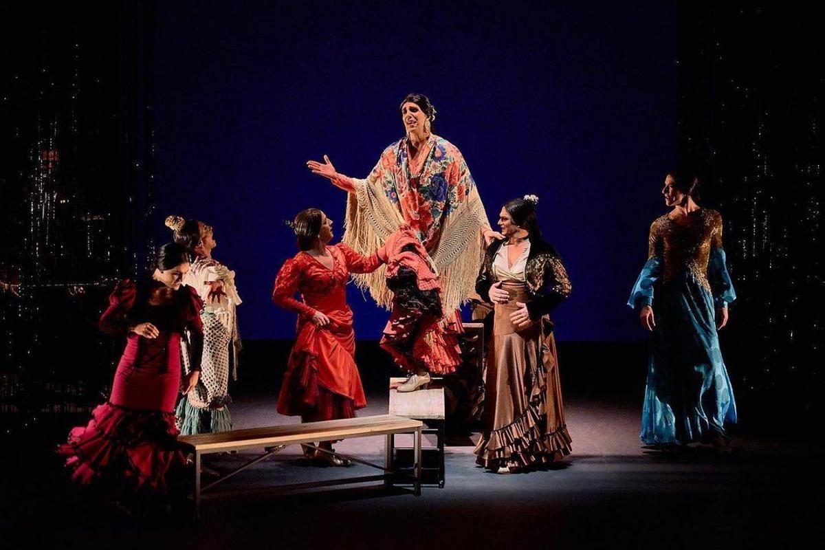 Miguel Liñán y el resto de bailaores en '¡Viva!'.