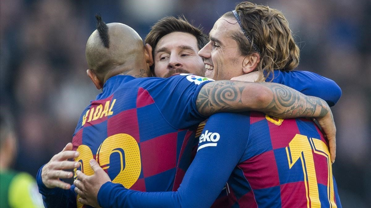 Messi, Griezmann y Vidal se abrazan tras marcar un gol.