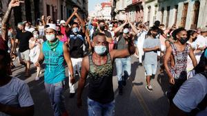 Miles de manifestantes salen a la calle en Cuba por primera vez en 27 años.