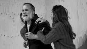 Luis Bermejo (centro), sujetado porIrene Escolar y Gonzalo Cunill, en una escena de 'Vania'.