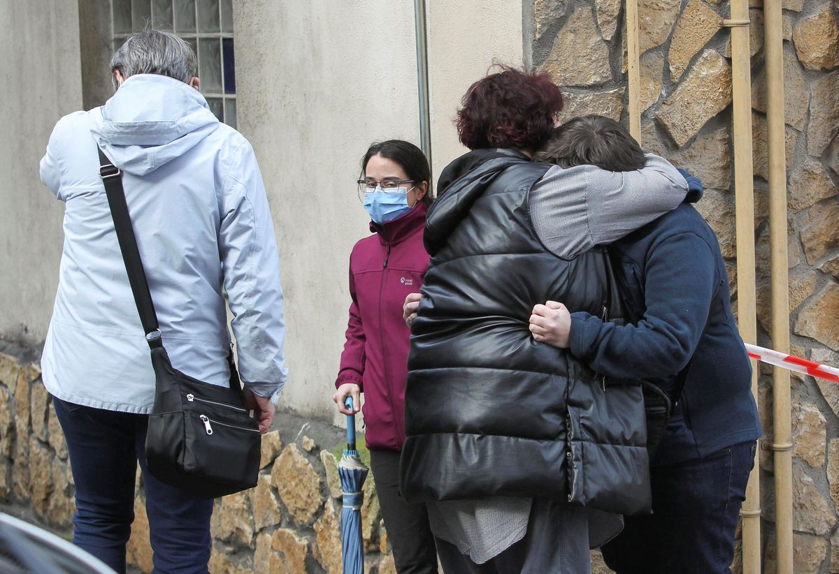 Vecinos lloran la muerte de la mujer a manos de su marido en Sestao.