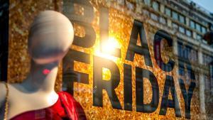 Un escaparate anuncia los descuentos Black Friday en París.