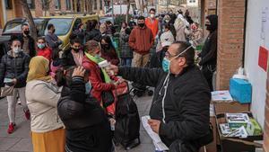 Una treintena de familias hacen cola para acceder al centro de distribución de alimentos de Trinitat (Nou Barris), gestionado por Cáritas.