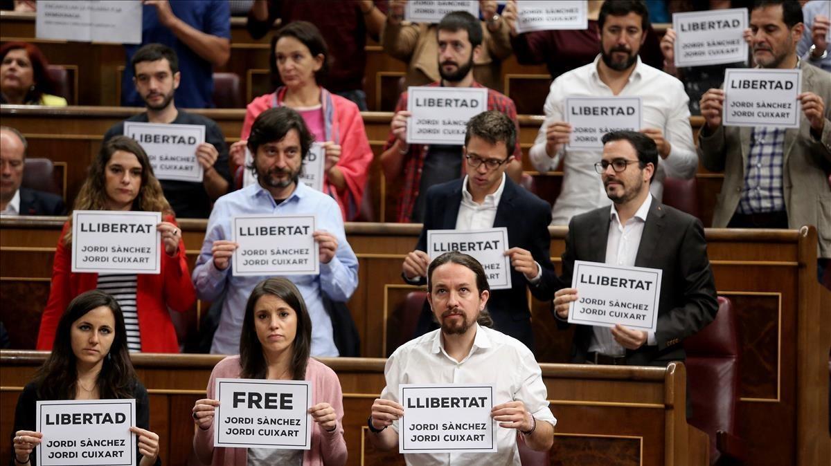 Diputados del PDECat, ERC y Unidos Podemos muestran unos carteles pidiendo la liberación de los Jordis durantela sesión de control en el Congreso.