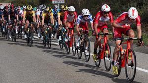 Los ciclistas de la Vuelta, camino de La Farrapona.