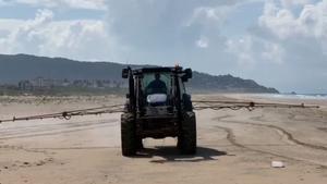 Los ecologistas denuncian la fumigación con lejía de la playa de Zahara de los Atunes.