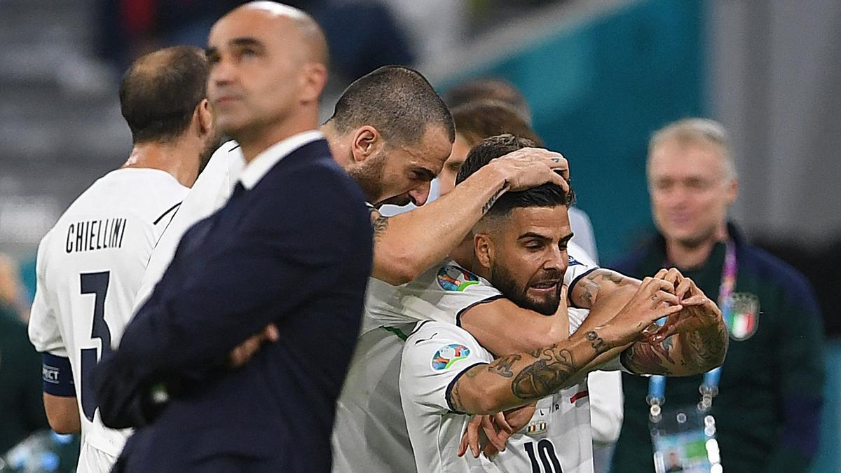 Insigne, felicitado por sus compañeros ante Roberto Martínez tras marcar el 0-2.