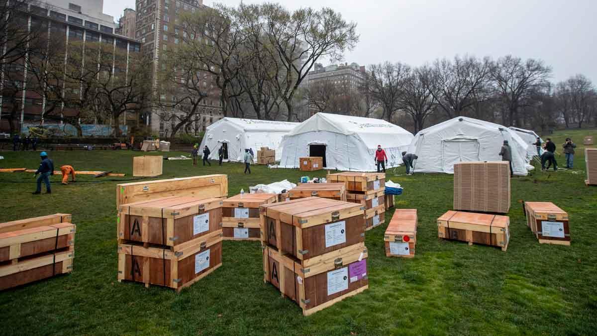 Instalación ayer de un centro médico de campaña del hospital Mount Sinai West en el vecino Central Park de Nueva York