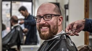 Jairo Mayolas sonríe antes de reclinarse en la butaca de la Barbería Vicenç Moretó.