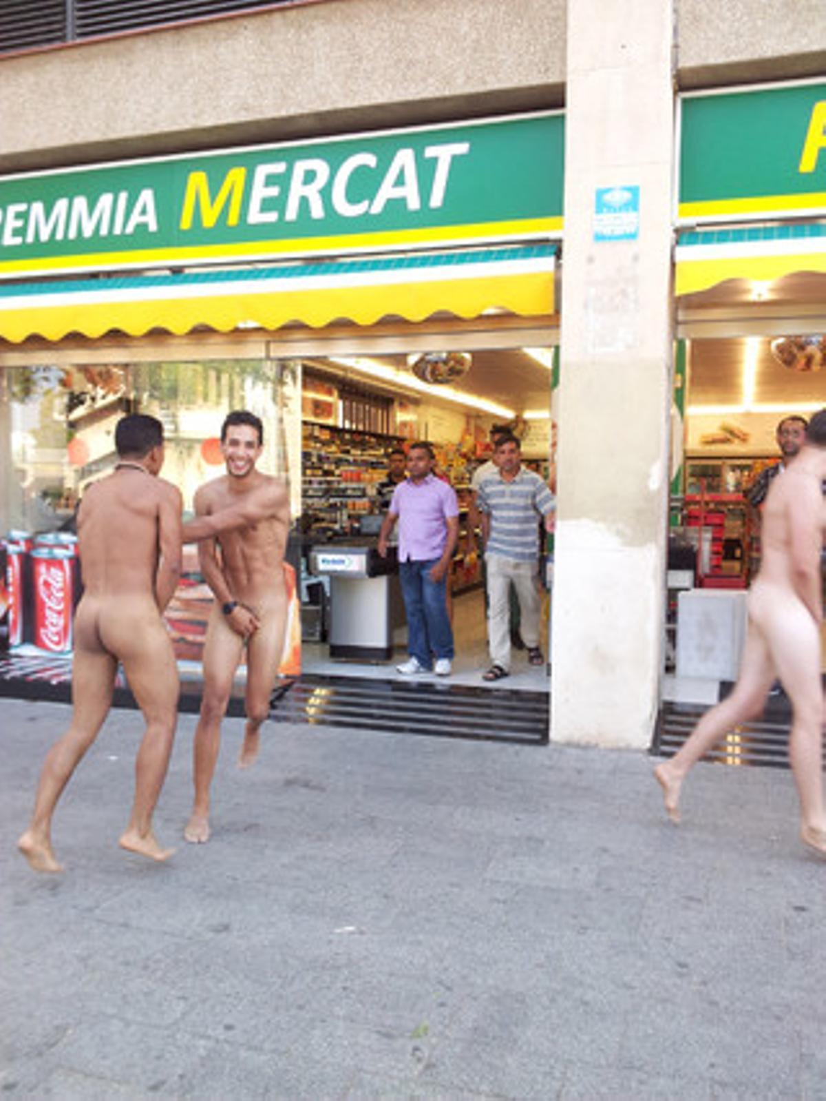 Unos turistas, expulsados de un supermercado al entrar a comprar desnudos, en la Barceloneta.