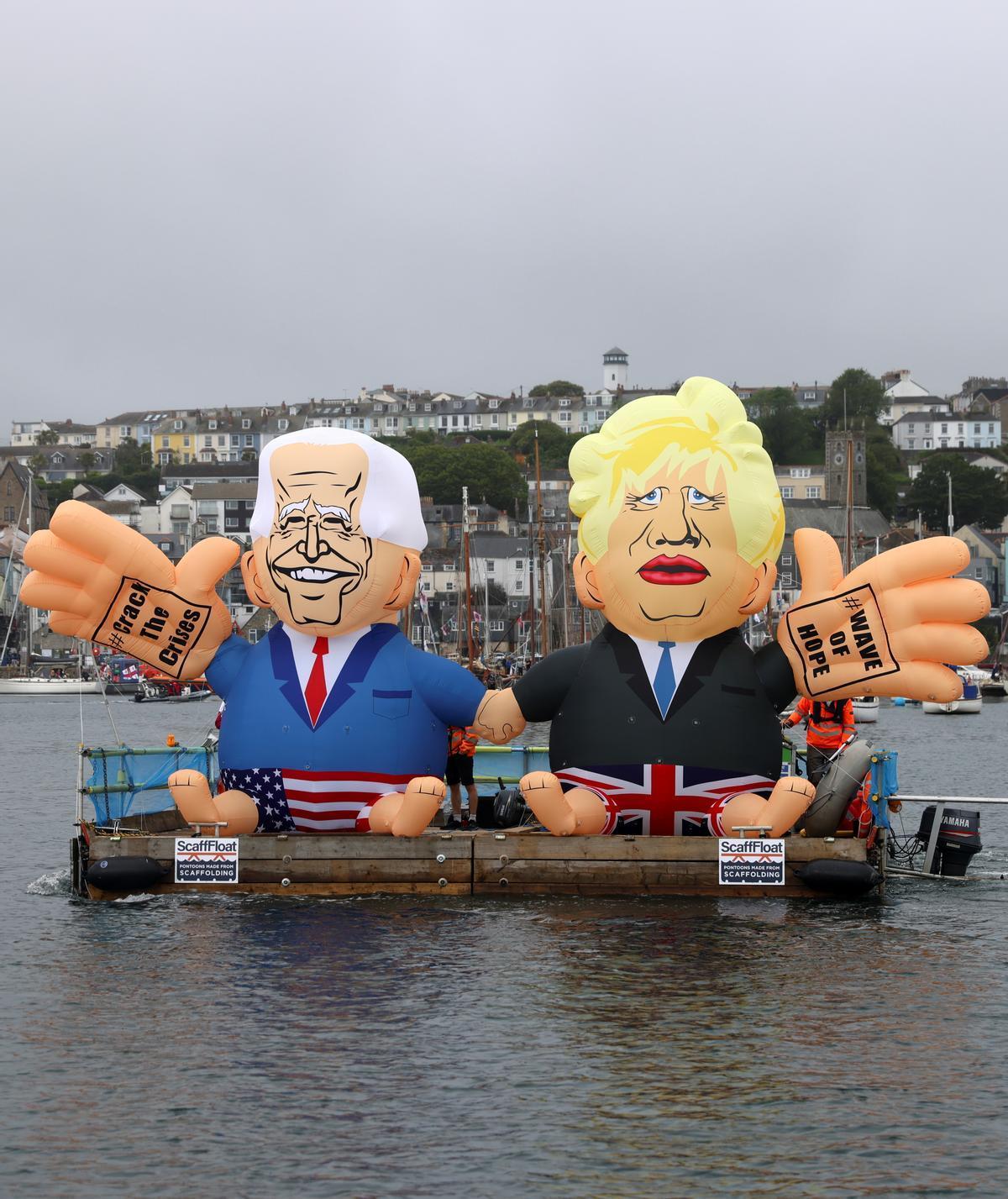 Dos muñecos de Biden y Johnson en la cumbre del G7.