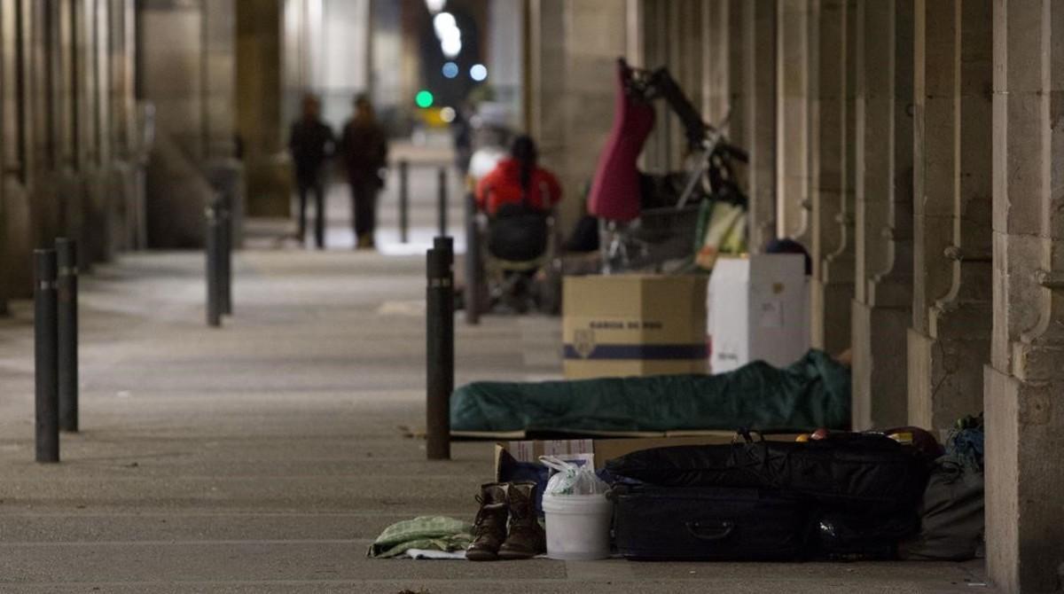 Personas sin hogar pernoctan en el paseo de Picasso de Barcelona.