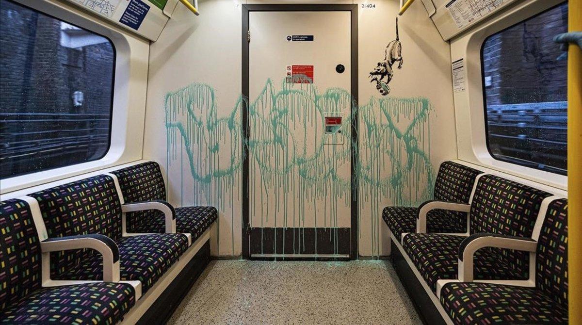 El dibujo de Banksy en un vagón del metro de Londres, que ya ha sido eliminado.