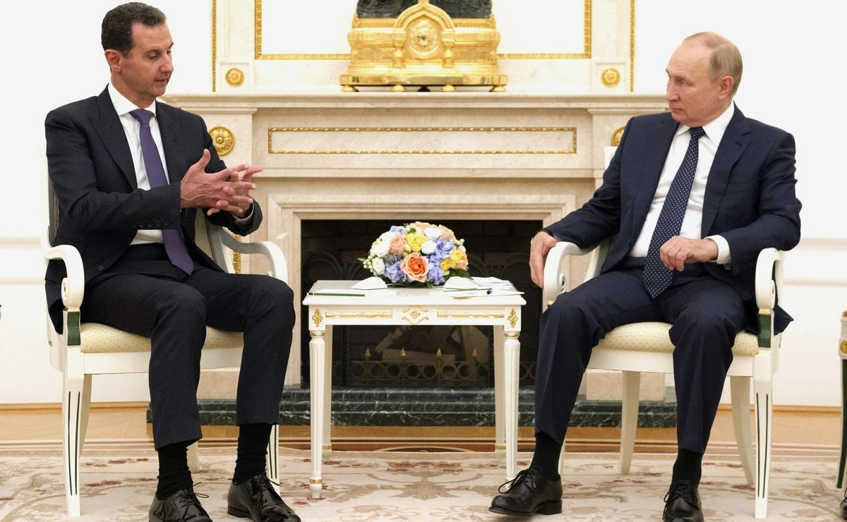 El presidente ruso Vladímir Putin (d) durante su encuentro con el presidente sirio Bashar al Asad (i) en Moscú.
