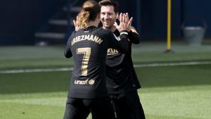 Messi felicita a Griezmann tras uno de sus dos goles al Villarreal.