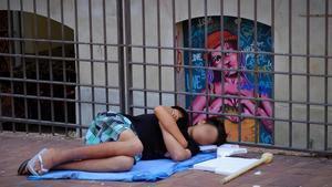Un menor duerme en un parque de Barcelona, el viernes 5 de junio por la mañana.