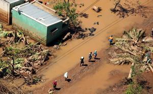 Las personas buscan refugio tras el paso del ciclón Idai en Mozambique.