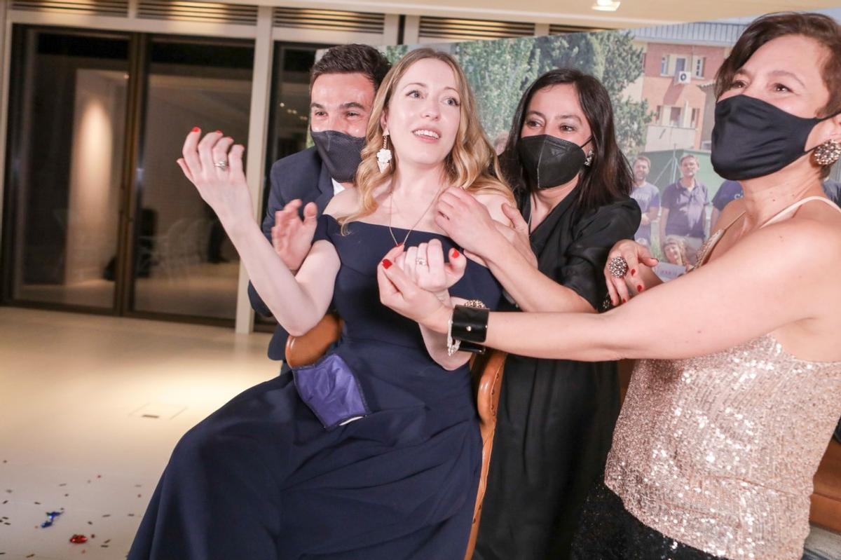 Pilar Palomero, eufórica después de uno de los cuatro premios Goya que conquistó su película 'Las niñas'.