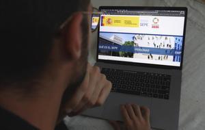 Una persona consulta en su ordenador el estado de su expediente de regulación de empleo.