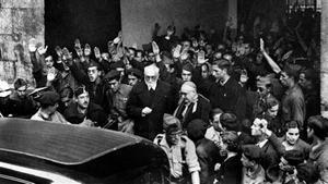 Unamuno, rodeado de falangistas en el paraninfo de la Universidad de Salamanca, el 12 de octubre de 1936.