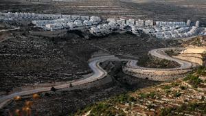 Un camino serpentea cerca del asentamiento israelí de Givat Zeev, próximo a la ciudad cisjordana de Ramala.