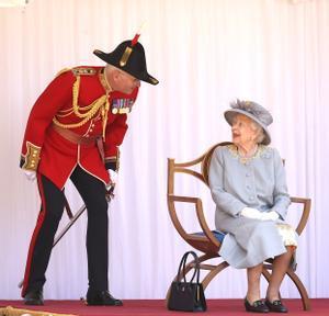 La reina Isabel II durante la ceremonia de su cumpleaños.