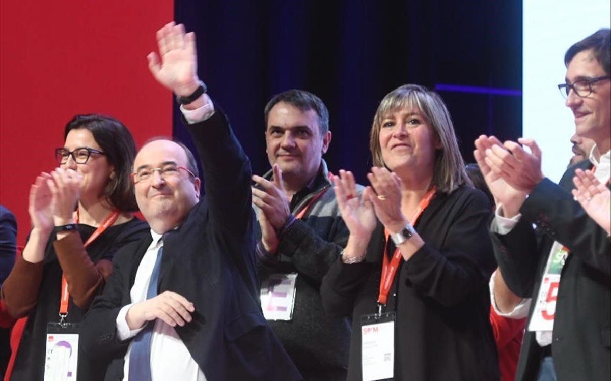 La ejecutivaliderada por Miquel Icetaescogida por la asamblea se dirige a los asistentes al 14 congreso de los socialistas catalanes