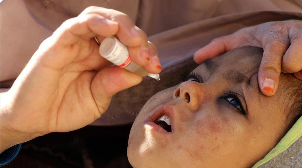 Un niño es vacunado contra la polio en Afganistán.
