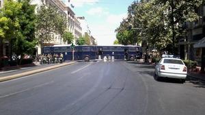 El centro de Atenas, bloqueado por la policía, este jueves.