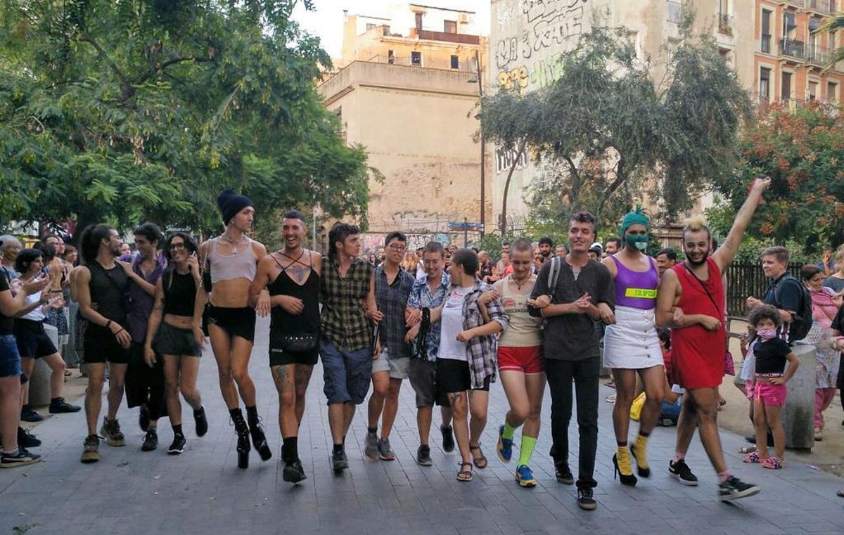 Lanzamiento de bolsos y carrera con tacones contra las agresiones homófobas
