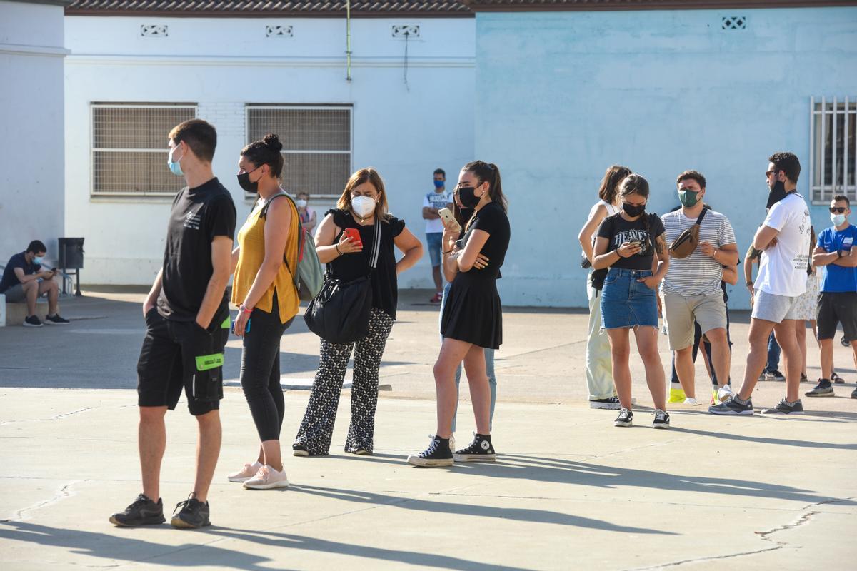 Colas de adolescentes para vacunarse esta semana en el Pavelló Onze de Setembre de Lleida.