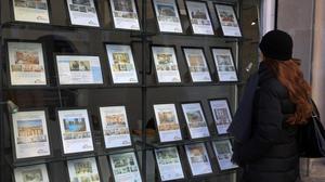 Anuncios de viviendas en venta y alquiler en Barcelona, en una imagen de archivo.