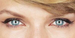 Primer plano de los ojos de Taylor Swift.