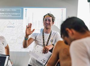 Nico Portal durante una charla con los corredores del equipo Ineos.