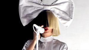 Sia confirma la adopción de dos hijos de 19 años