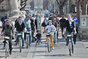Cruce para peatones y bicicletas, en la plaza de Tetuan de Barcelona.